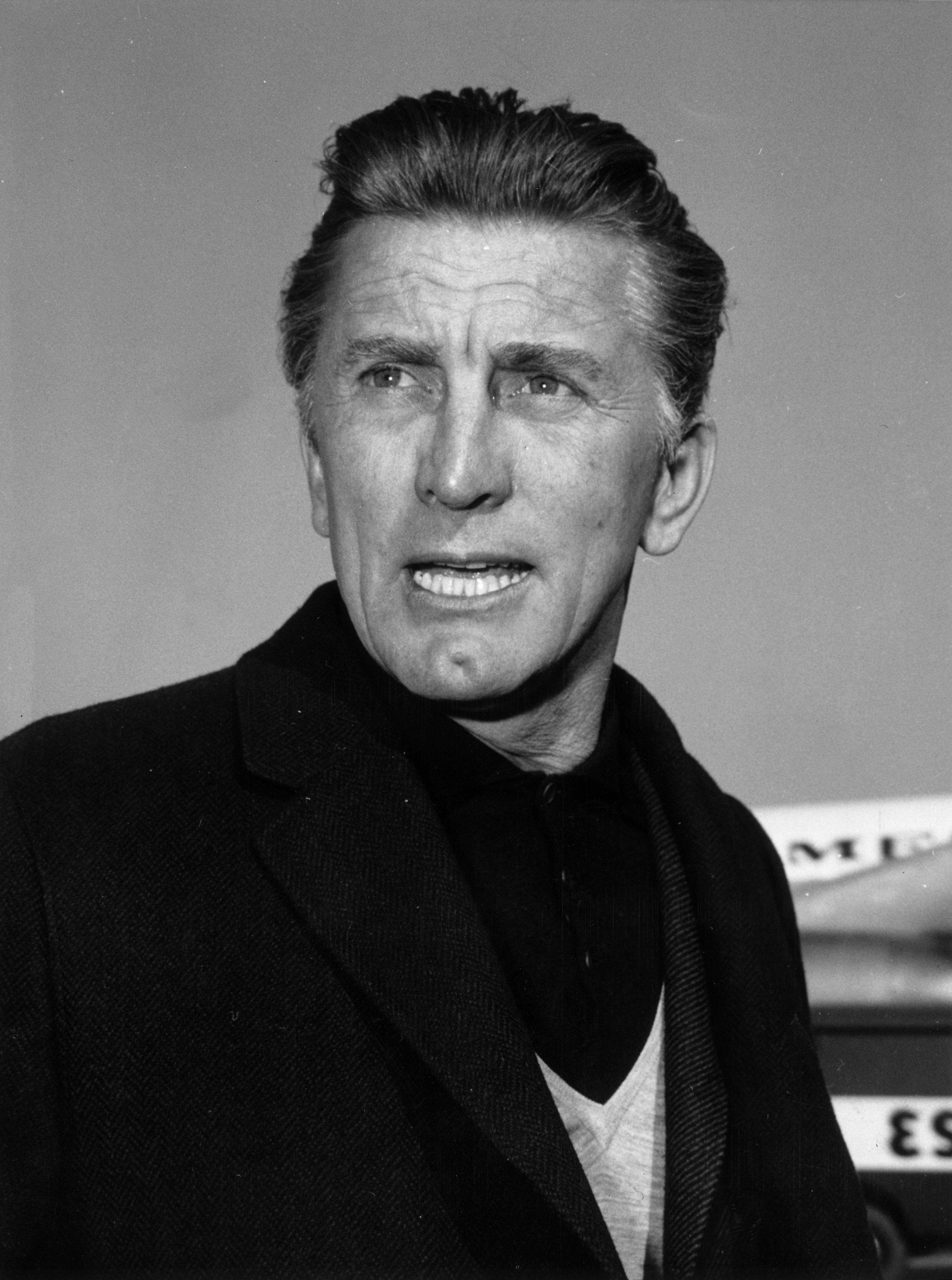 Film Star Kirk Douglas in Rome airport on his way to a safari in Kenya. | Photo: Getty Images