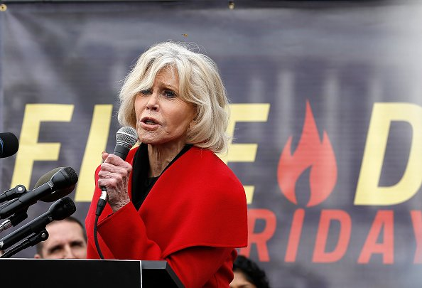 "L'actrice Jane Fonda prend la parole lors de la manifestation ""Fire Drill Friday"" sur le changement climatique le 25 octobre 2019 à Washington, DC. 