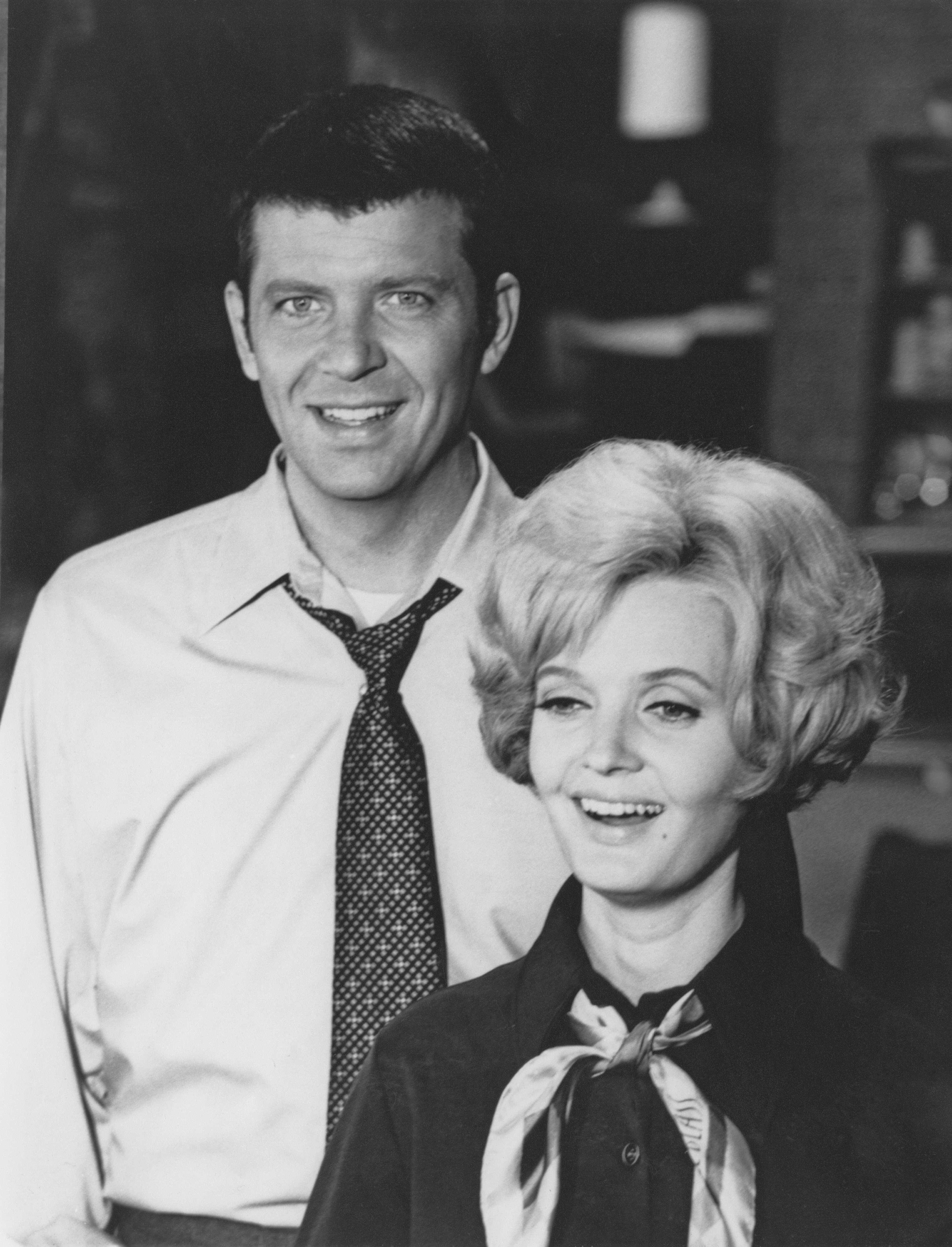 American actors Robert Reed (1932 - 1992), as Mike Brady, and Florence Henderson as Carol Brady, in the US TV sitcom 'The Brady Bunch', circa 1970. | Source: Getty Images