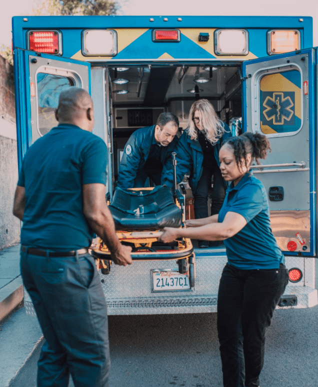 Paramedics offload a stretcher from the back of an ambulance | Photo: Pexels/RODNAE Productions