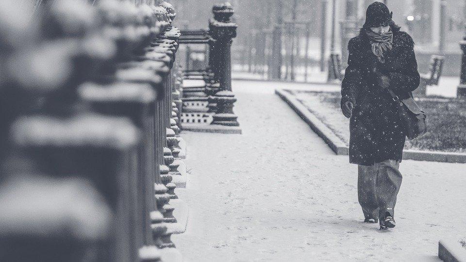 Une femme seule dans un blizzard   Photo : Pixabay