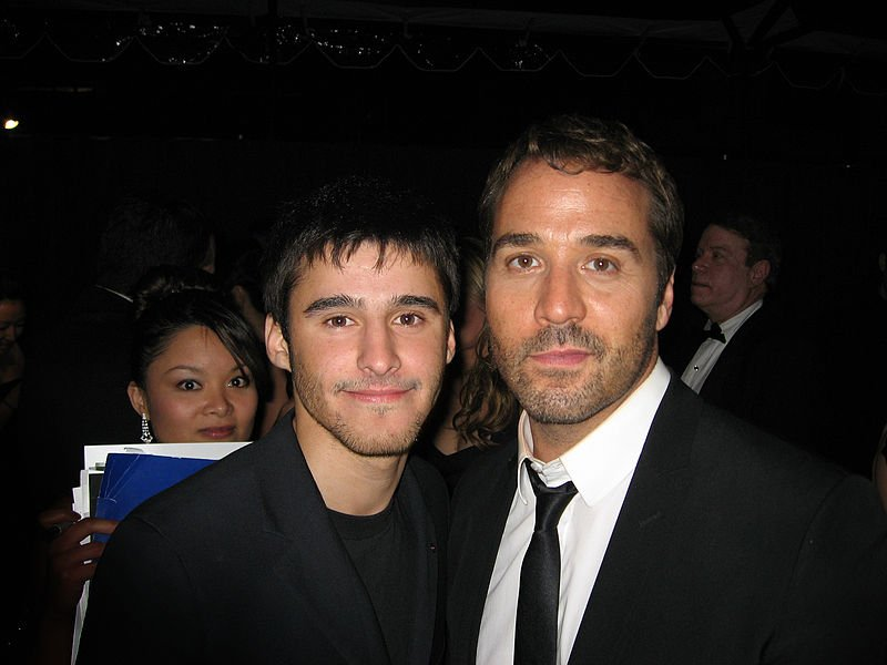 Josh Wood and actor Jeremy Piven, 2009. | Source: Wikimedia Commons
