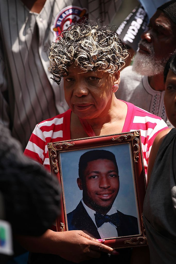 Gwen Carr, the mother of Eric Garner, joins activists, community leaders and other family members who have lost loved ones in incidents involving the New York City Police Department (NYPD) in a demonstration in front of Governor Andrew Cuomo's office | Photo: Getty Images