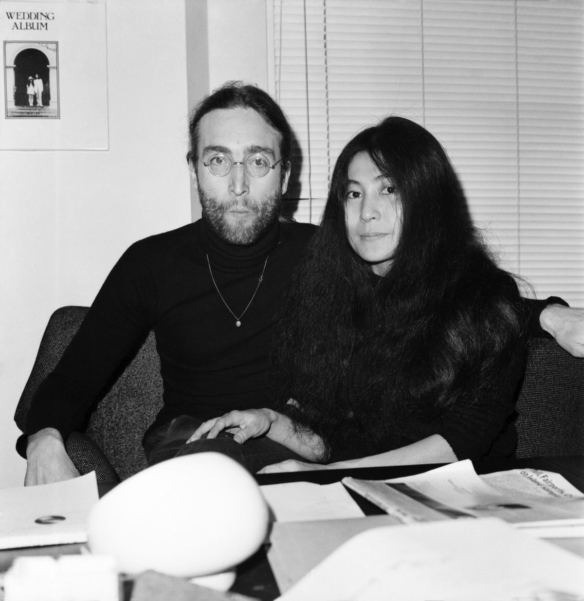 Beatles singer John Lennon with wife Yoko Ono at Apple's headquarters as he sends his MBE back to The Queen on November 25, 1969 | Photo: WATFORD/Mirrorpix/Getty Images
