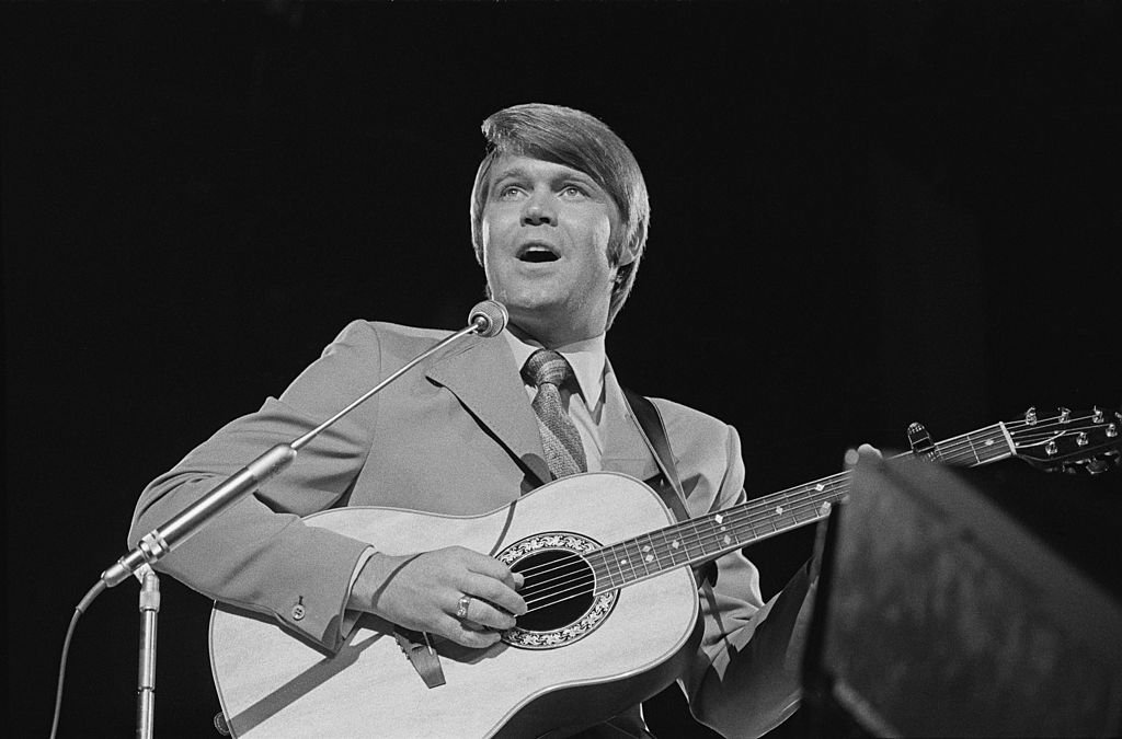 Glen Campbell performing on the BBC's 'Young Generation' TV show, UK, circa 1970 | Photo: GettyImages