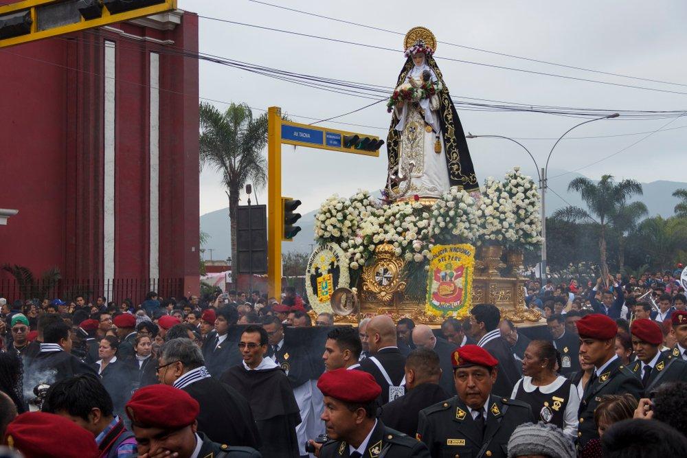 Devotos en procesión de Santa Rosa de Lima.| Fuente: Shutterstock
