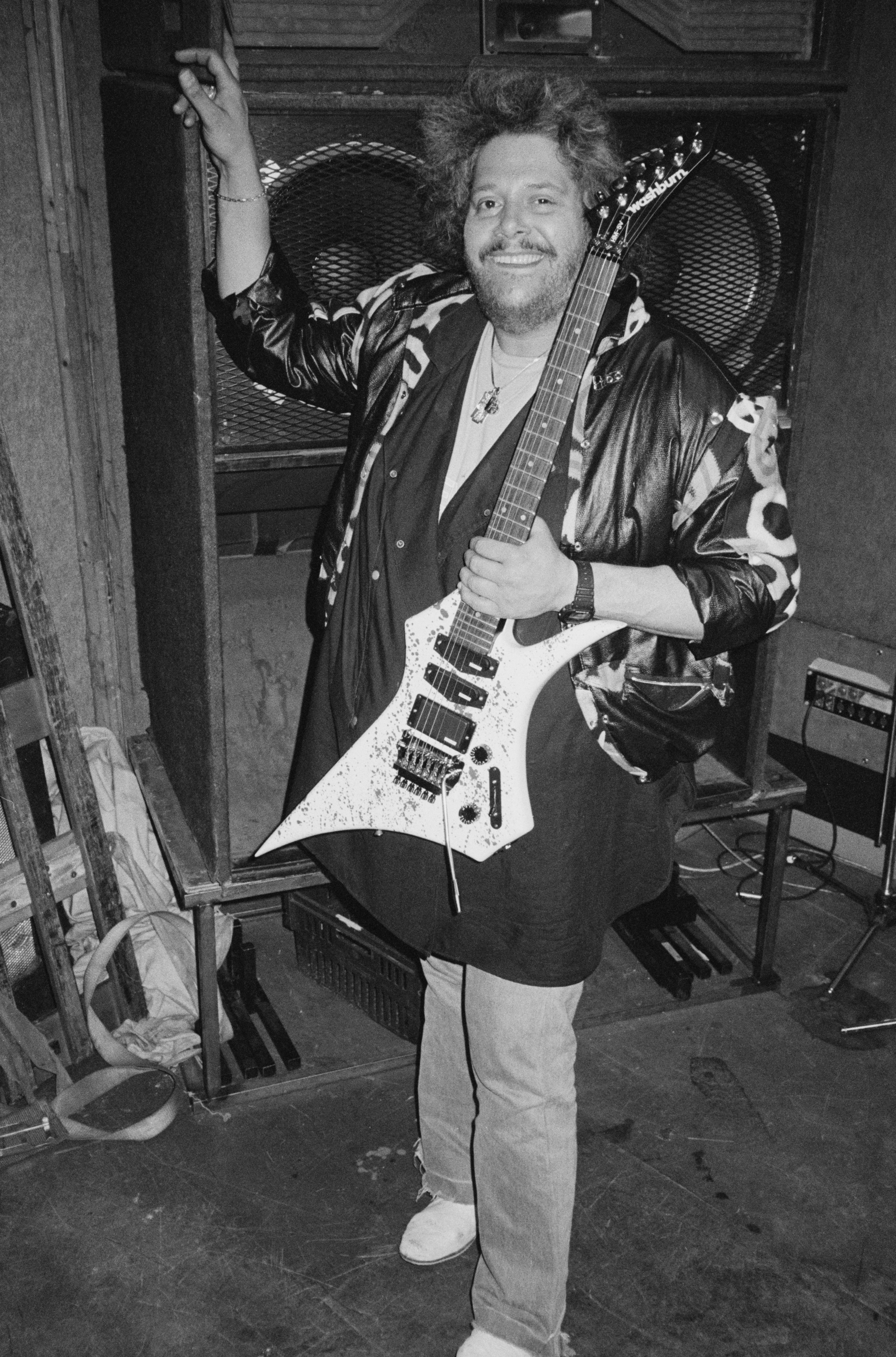 Leslie West of Mountain poses with a Washburn guitar in a rehearsal studio in 1984 inLondon, United Kingdom | Photo:Erica Echenberg/Redferns/Getty Images