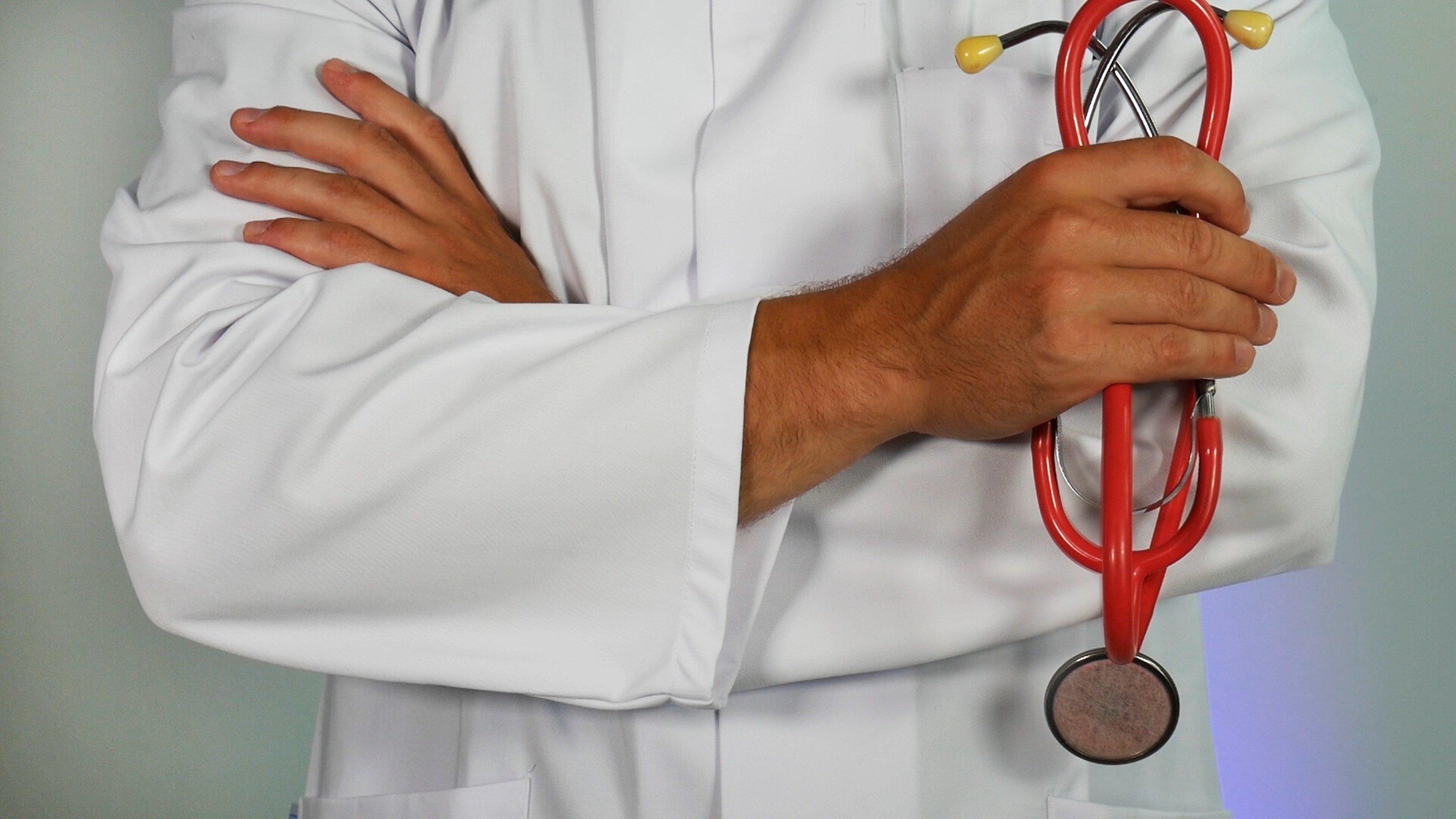 Un Docteur qui tient un stéthoscope   Source : Unsplash