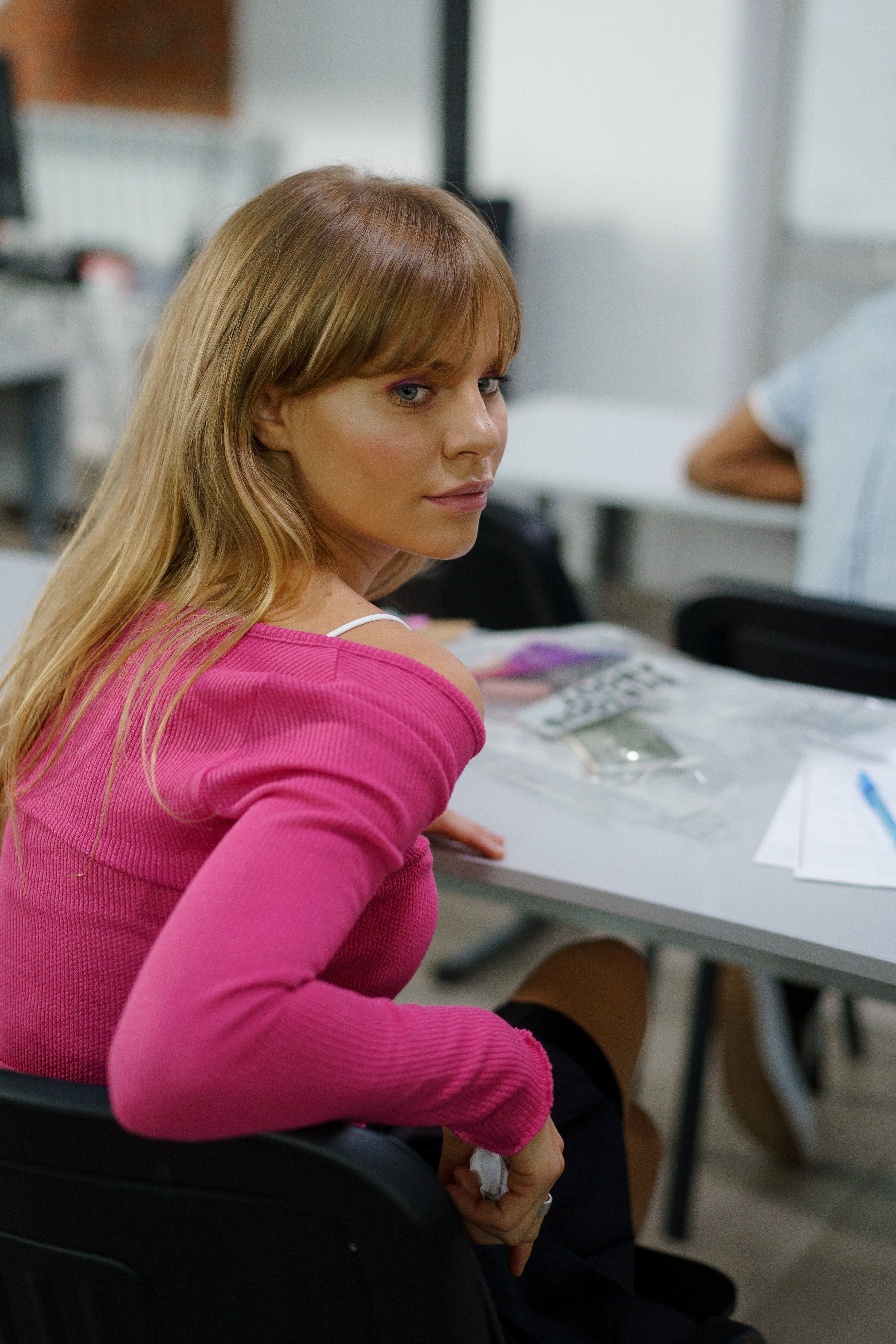 Teenage girl sitting on a desk in class | Photo: Pexels
