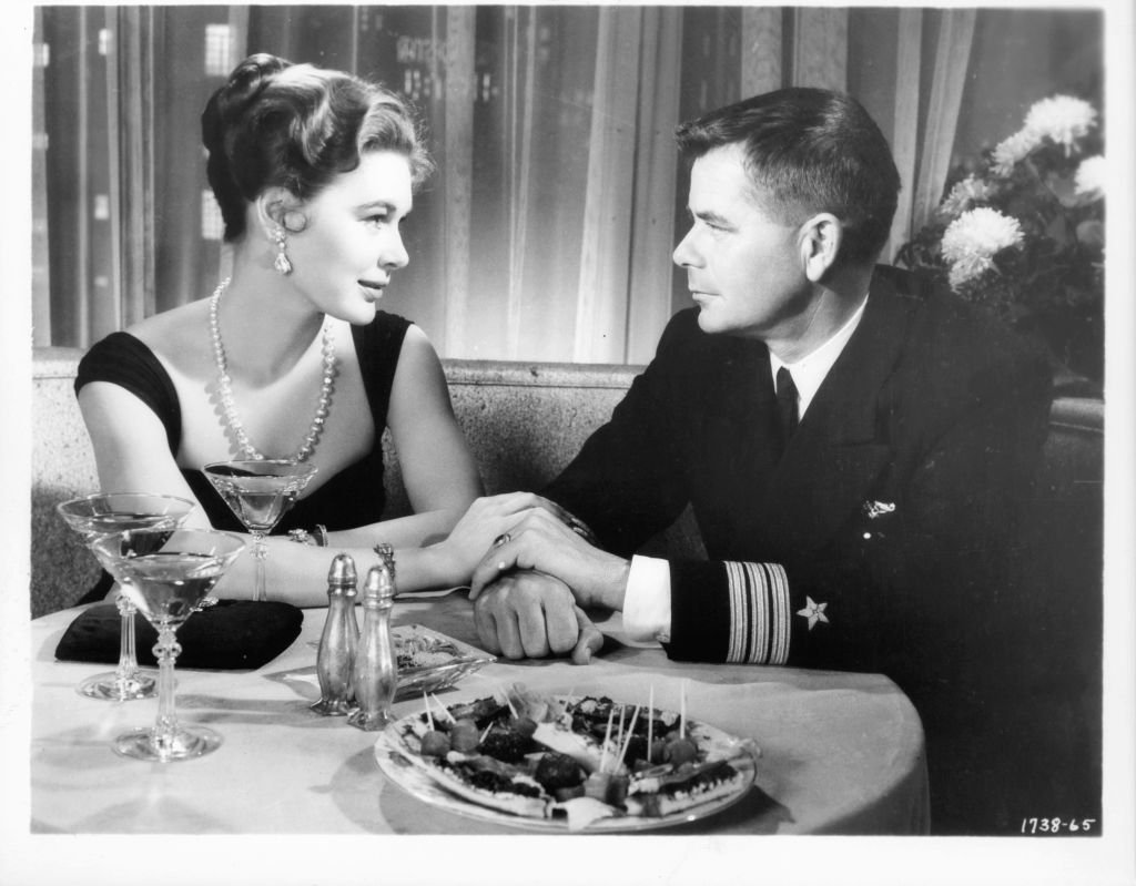 Diane Brewster having romantic evening with Glenn Ford in a scene from the film 'Torpedo Run', 1958. | Photo: Getty Images