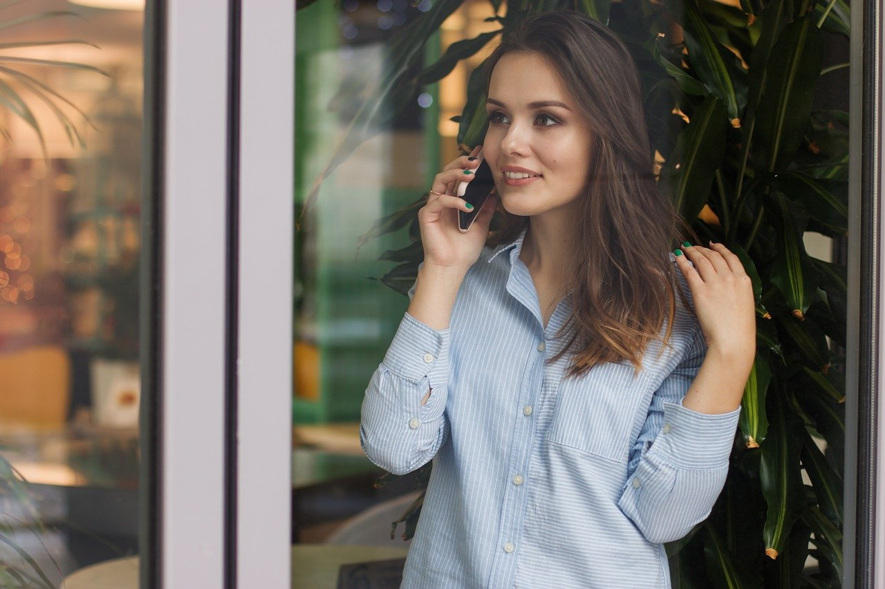 A woman talking on her phone. Image credit: Pixabay