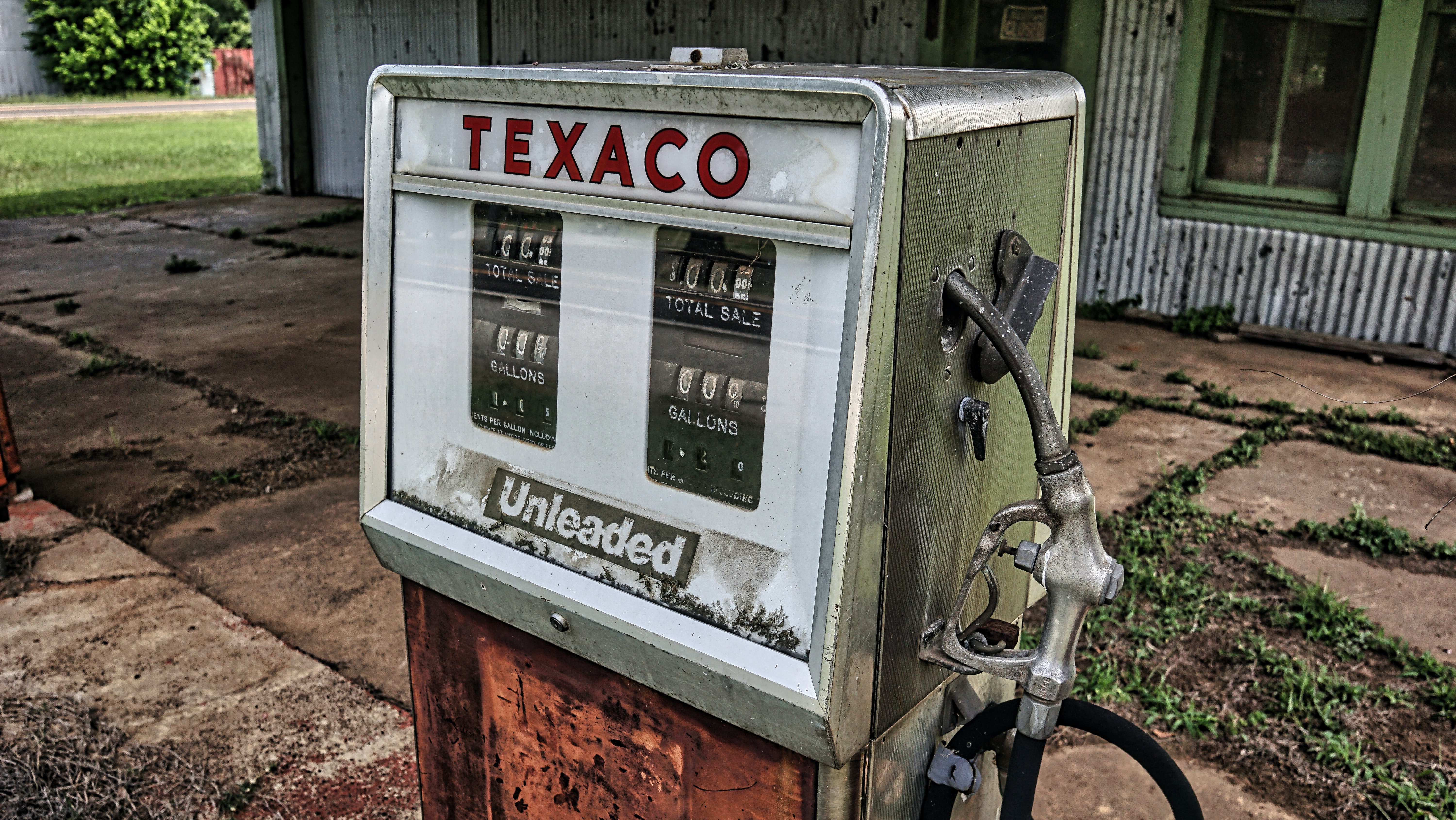 A gas pump for unleaded fuel | Photo: Pexels/Bearded Texan Travels