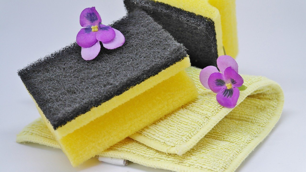 Two cleaning scrubbers and a cloth with flowers for decoration | Photo: Pixabay/RitaE