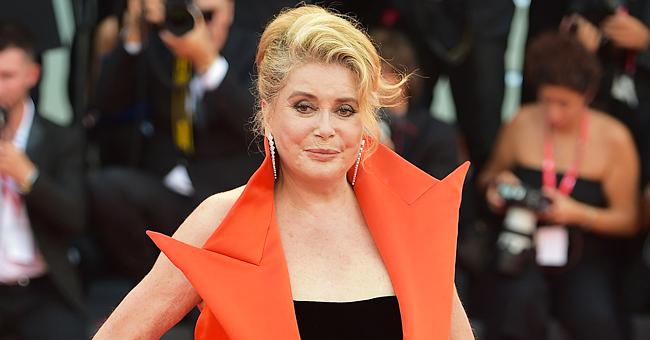 Catherine Deneuve émerveille Le Festival international du film avec son incroyable manteau rouge