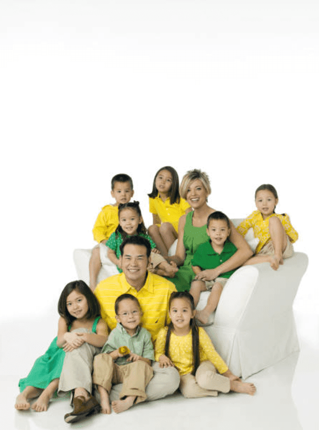 The Gosselin family, stars of Jon & Kate Plus 8, pose for Ladies Home Journal photo session in May 2009, New York | Source: Getty Images