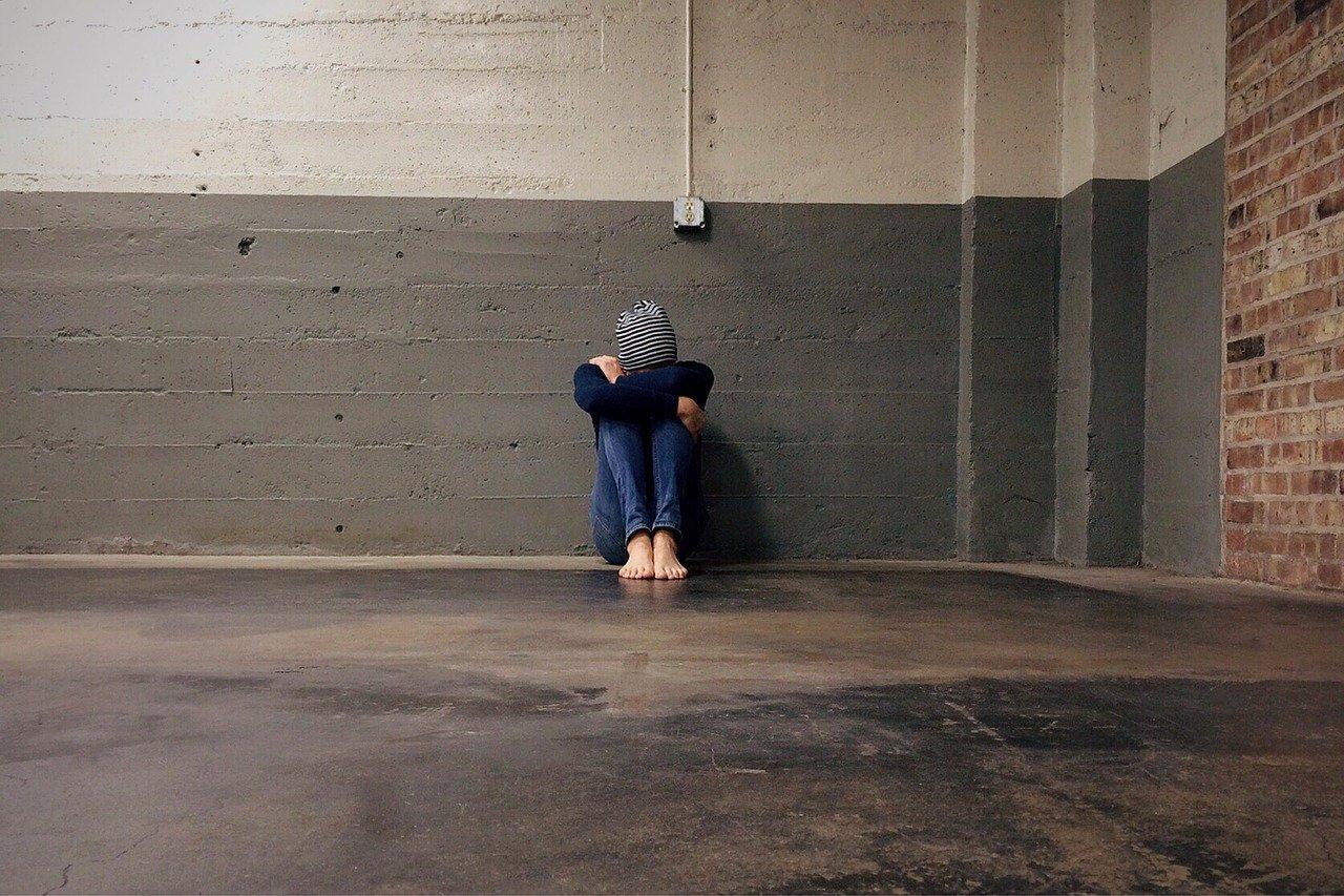 Une adolescente repliée sur elle-même. l Source: Pixabay