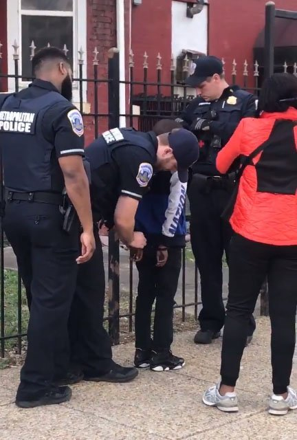 10-year-old handcuffed by Police .  | Source: Twitter/ aspiring basketball wife @beathemost