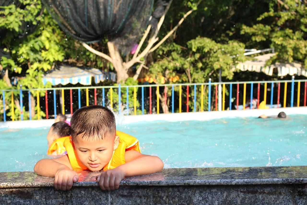 Children swimming in a large pool   Photo: Pixabay/Diem Lee