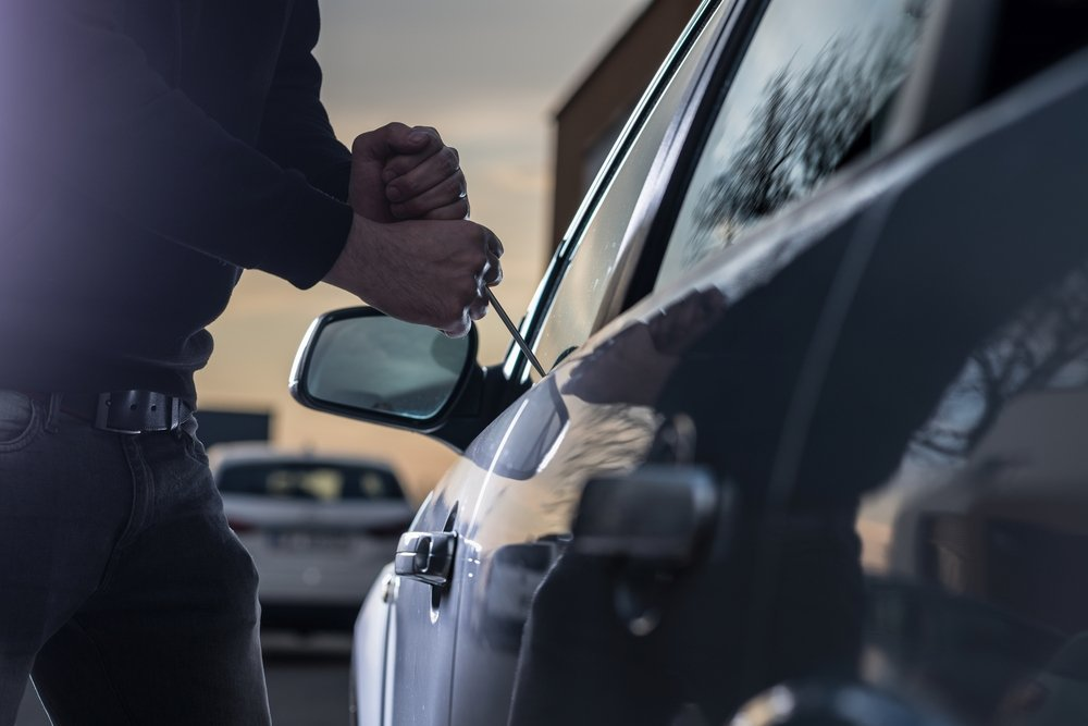 Someone trying to jack open a car door | Photo: Shutterstock