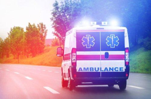 Voiture d'ambulance sur la route : Photo / Shutterstock