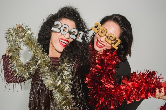 Two friends celebrating on New Year's Eve   Photo: Pexels