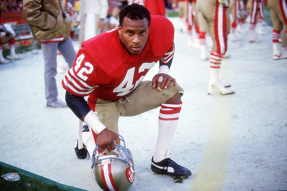 Ronnie Lott of the San Francisco 49ers takes a break on the sidelines at Candlestick Park circa 1989 in San Francisco, California. I Image: Getty Images.