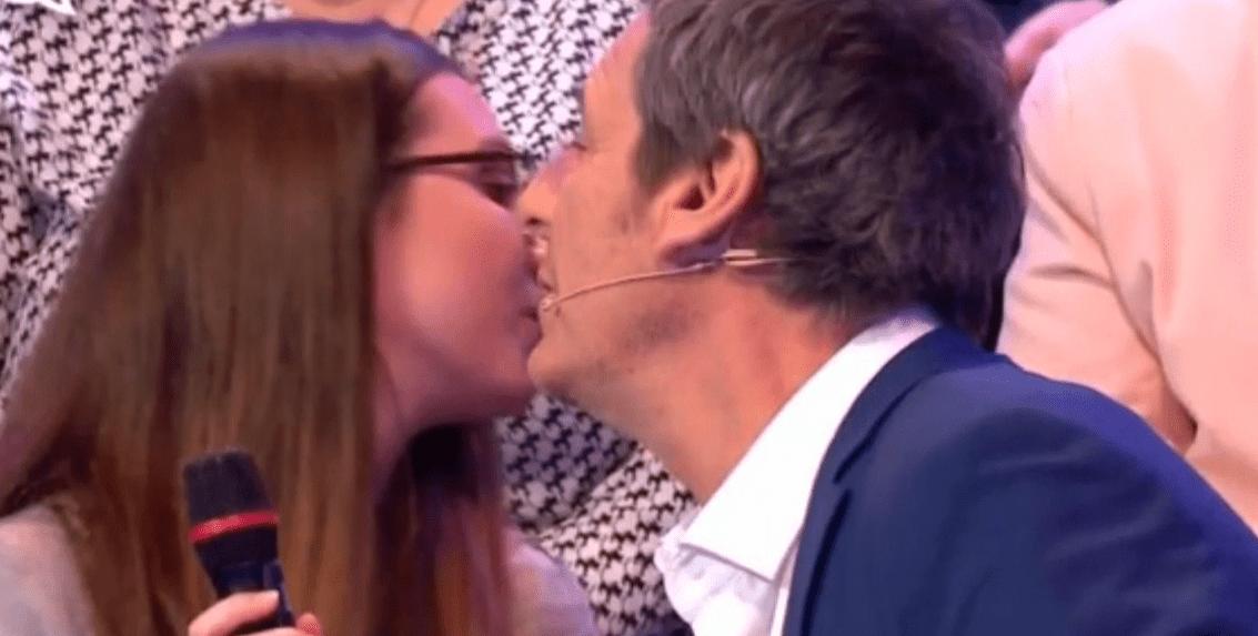 Jean-Luc Reichmann manque d'embrasser sur la bouche la compagne d'un candidat. | Photo : Youtube/SANTE ZEVO II