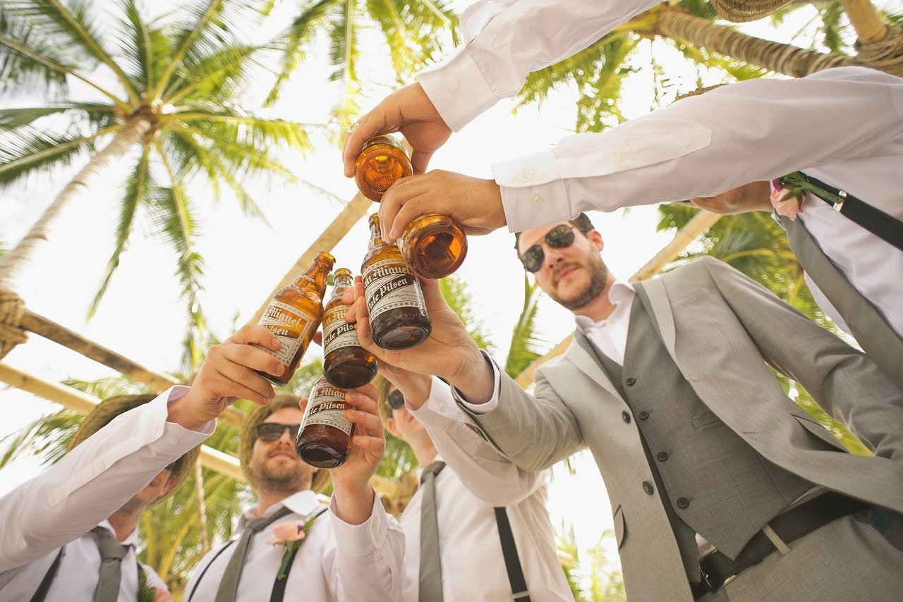 A group of male friends all dressed up while sharing some beers   Photo: by Pixabay/Pexels