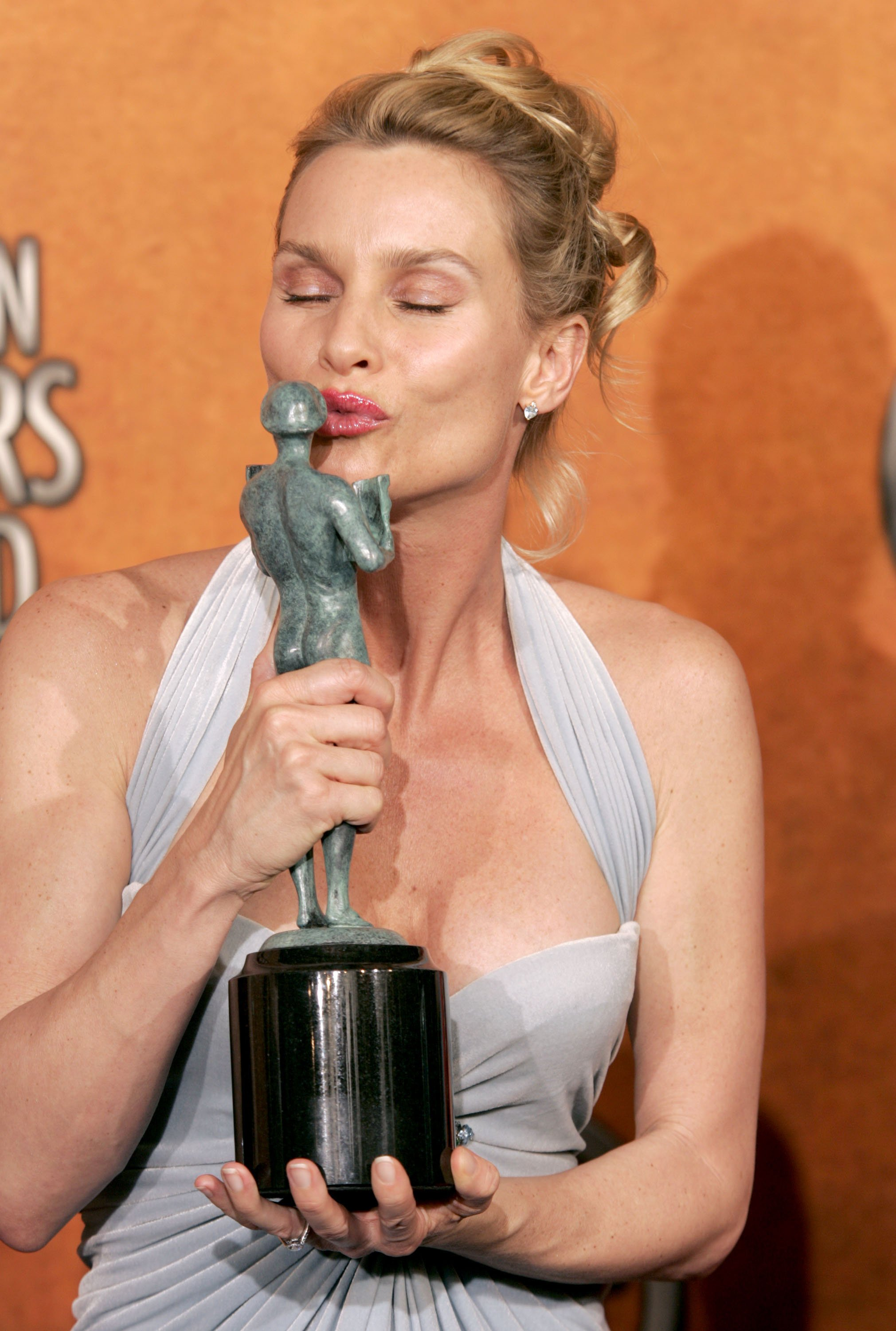 Nicollete Sheridan kissing the SAG Award that the show won for Outstanding Ensemble in a Comedy Series in 2005 | Photo: Getty Images