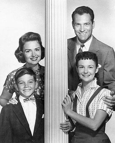 Cast photo from the television program The Donna Reed Show. Standing at back are Donna Reed (Donna Stone), Carl Betz (Alex Stone); in front-Paul Peterson (Jeff Stone) and Shelley Fabares (Mary Stone). | Source: Wikimedia Commons.