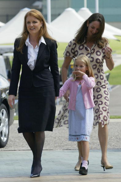 Duchess of York walks with sister and daughter | Photo: Getty Images