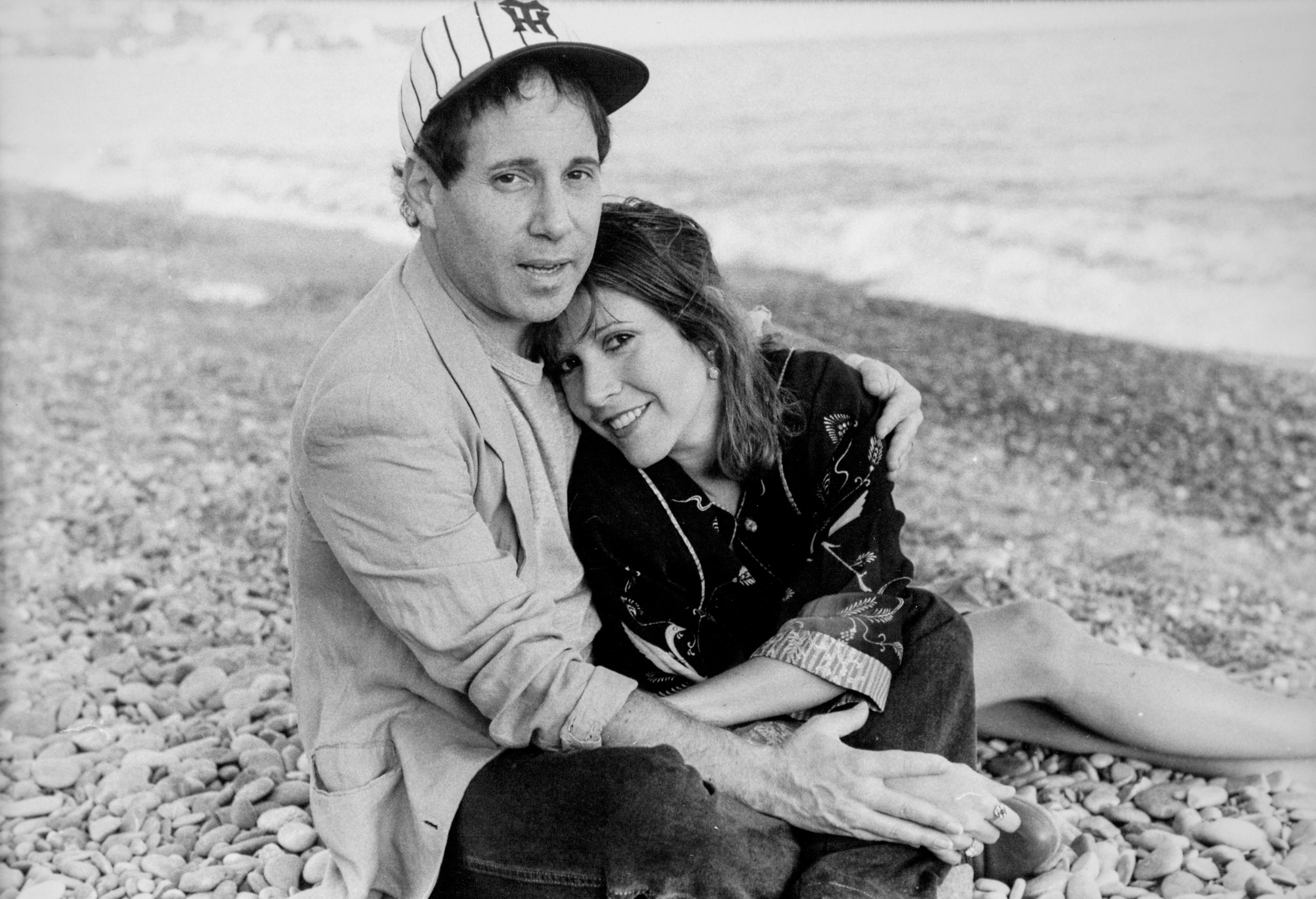 Paul Simon and Carrie Fisher in France on September 20, 1983. | Photo: Getty Images.