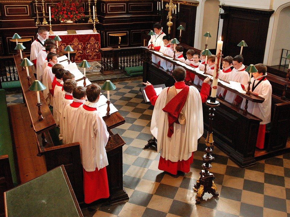 Grupo de niños cantando en coro de iglesia.   Imagen: Pixabay