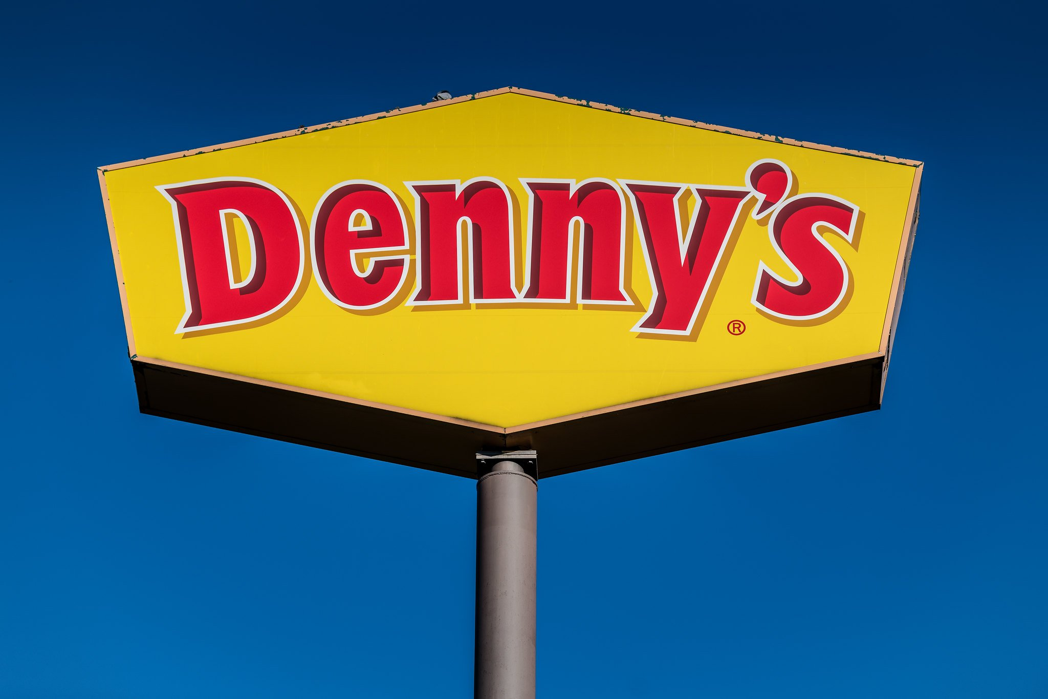 A closeup of the Denny's restaurant sign taken on September 2, 2018 | Photo: Flickr/Mr. Blue MauMau
