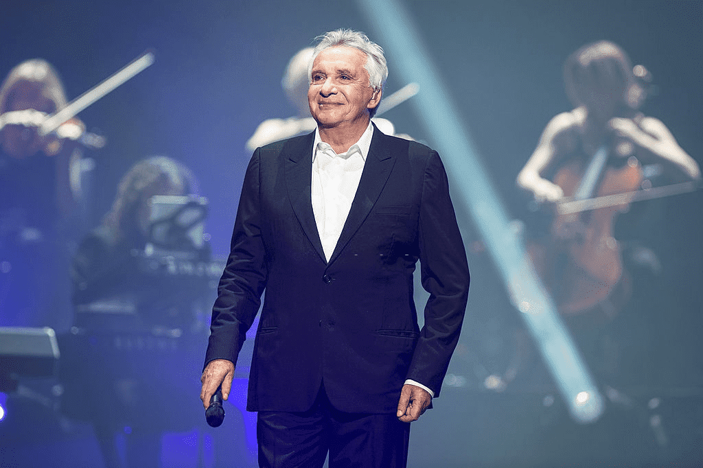 PARIS, FRANCE - 09 JUIN : Michel Sardou se produit à l'Olympia le 9 juin 2013 à Paris, France.