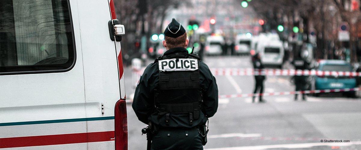 À Paris, un policier a été surpris en train de ranger des maillots du PSG dans son sac lors des manifestations (vidéo)