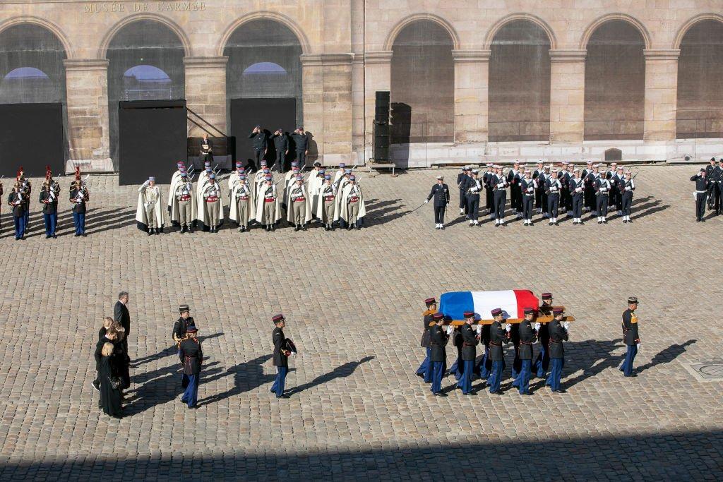 La cérémonie d'hommage à Charles Aznavour dans la cour des Invalides le 5 octobre 2018. l Source : Getty Images