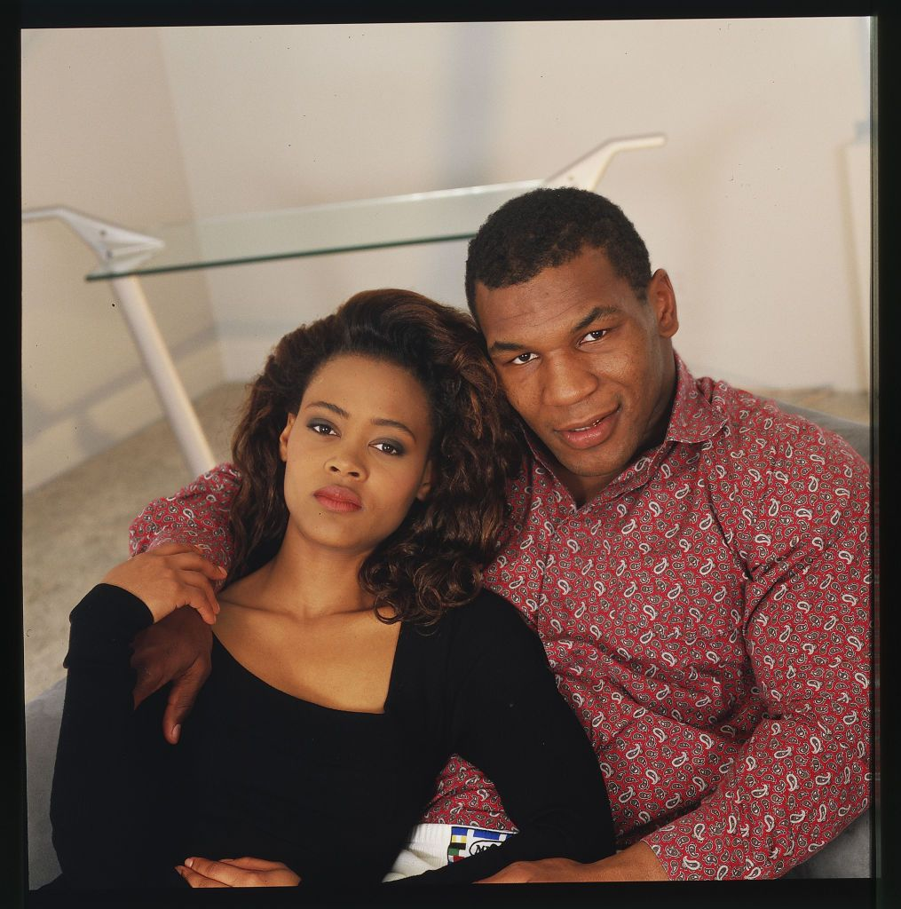 Robin Givens and Mike Tyson sitting on a sofa in Los Angeles during May 1988. [day of the month unspecified] | Photo: Getty Images