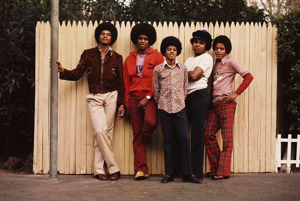 The Jackson brothers and their father Joseph pose for a portrait in the backyard of their home, Los Angeles, 1972. | Source: Getty Images