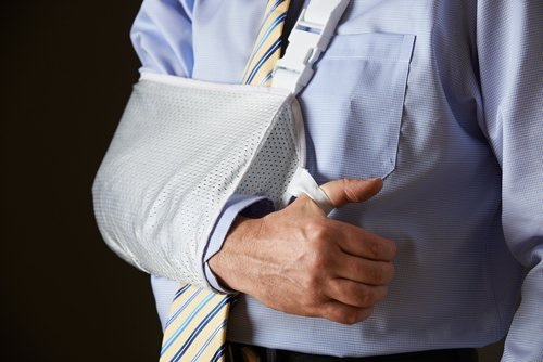 A man with his arm in a sling. | Source: Shutterstock.