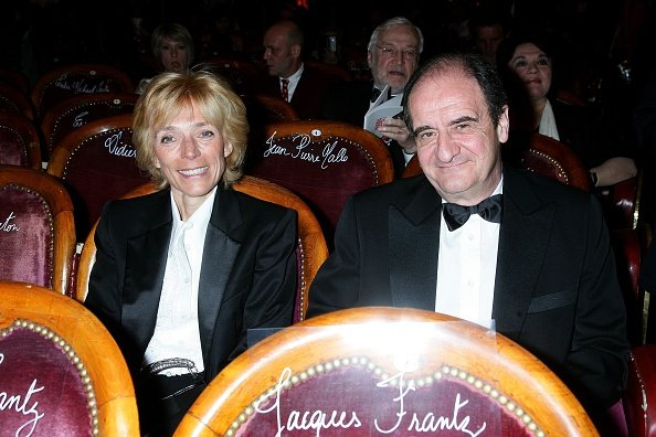 Pierre Lescure et son épouse, aux Folies Bergères à Paris, France, le 28 avril 2008. | Photo : Getty Images