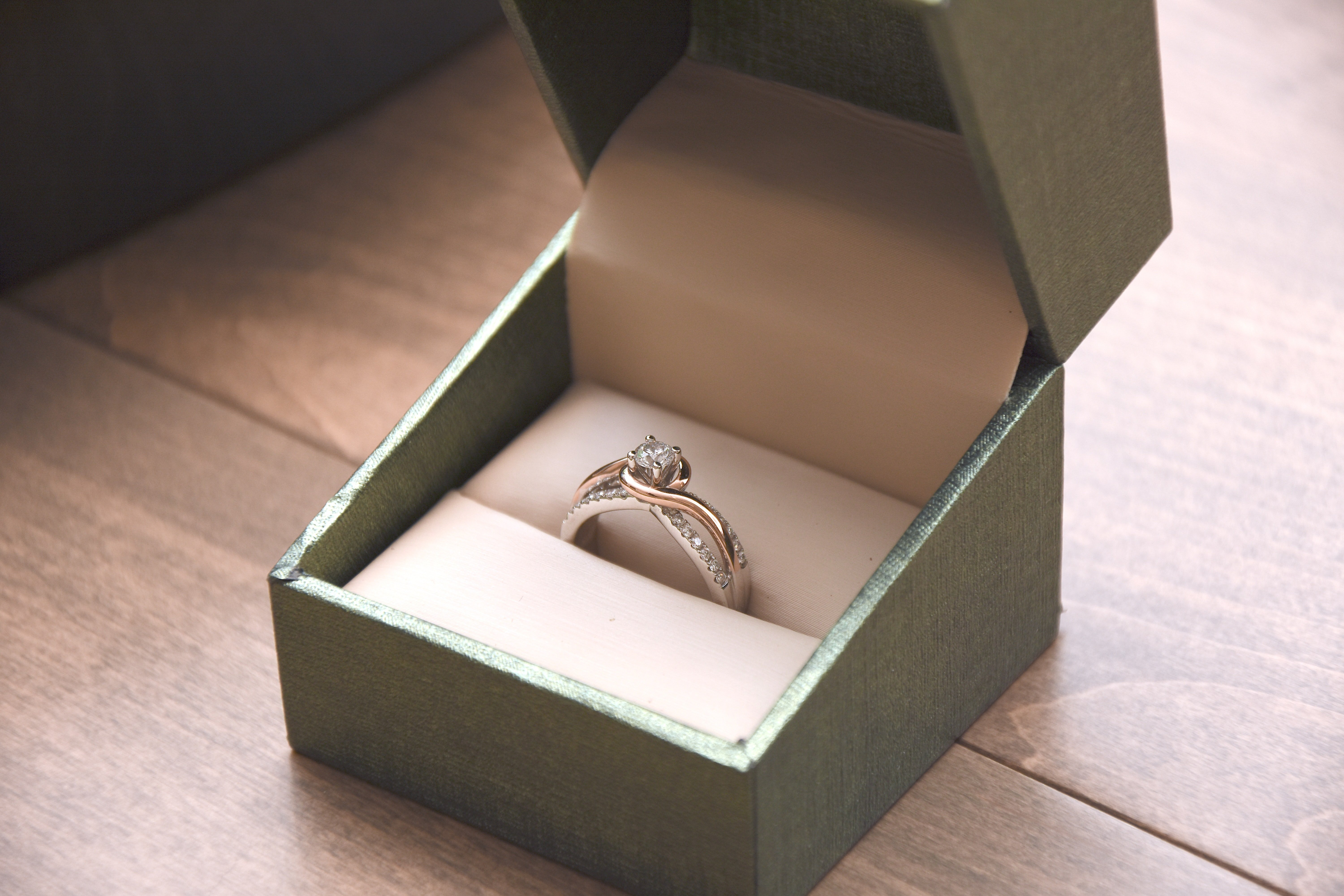 Close-up view of an engagement ring in a box    Photo: Unsplash