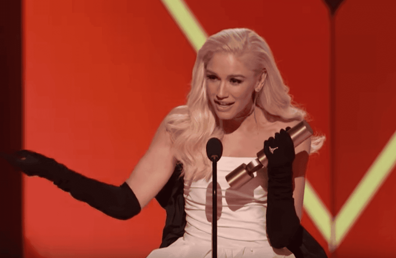 Gwen Stefani accepts the 2019 PCAs Fashion Icon Award. | Source: YouTube/E!RedCarpet&Award Shows