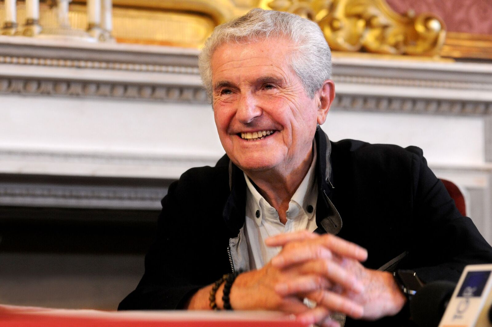 "Claude Lelouch lors du festival ""Sotto le Stelle del Cinema"" au Palazzo d'Accursio à Bologne, Italie. 