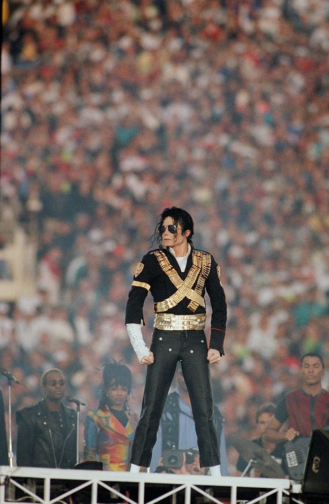 "Michael Jackson spielt ""Heal The World"" während der Halbzeitshow 1993 in Pasadena, Kalifornien, Superbowl XXVII. 