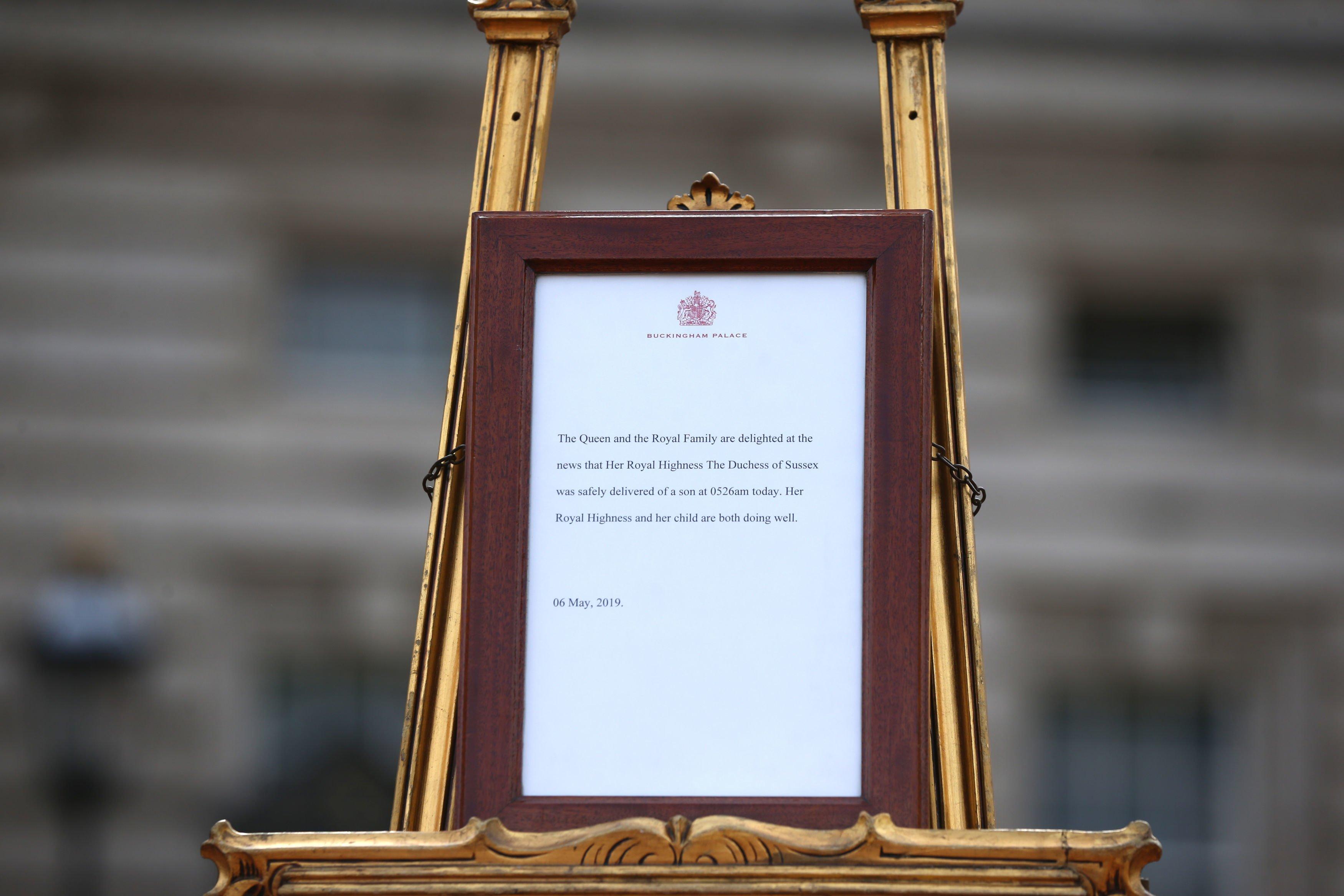 L'avis officiel de la naissance du premier enfant du duc et de la duchesse de Sussex à l'extérieur de Buckingham Palace | Photo : Getty Images