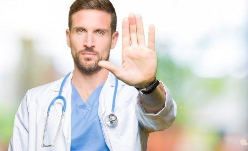 Avertissement d'un homme en uniforme médical. | Source : Shutterstock