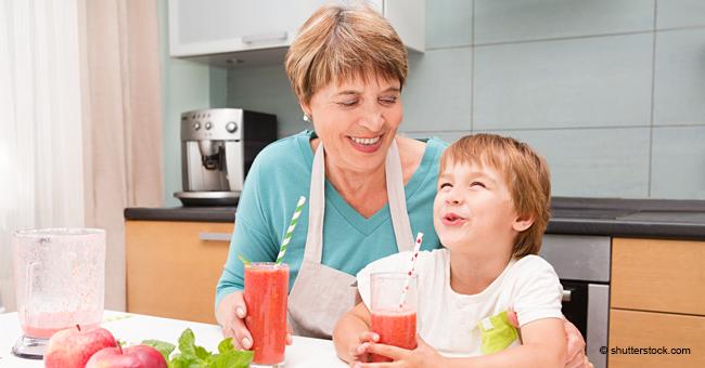 Un petit garçon rit chaque fois que sa grand-mère lui parle de ses parents