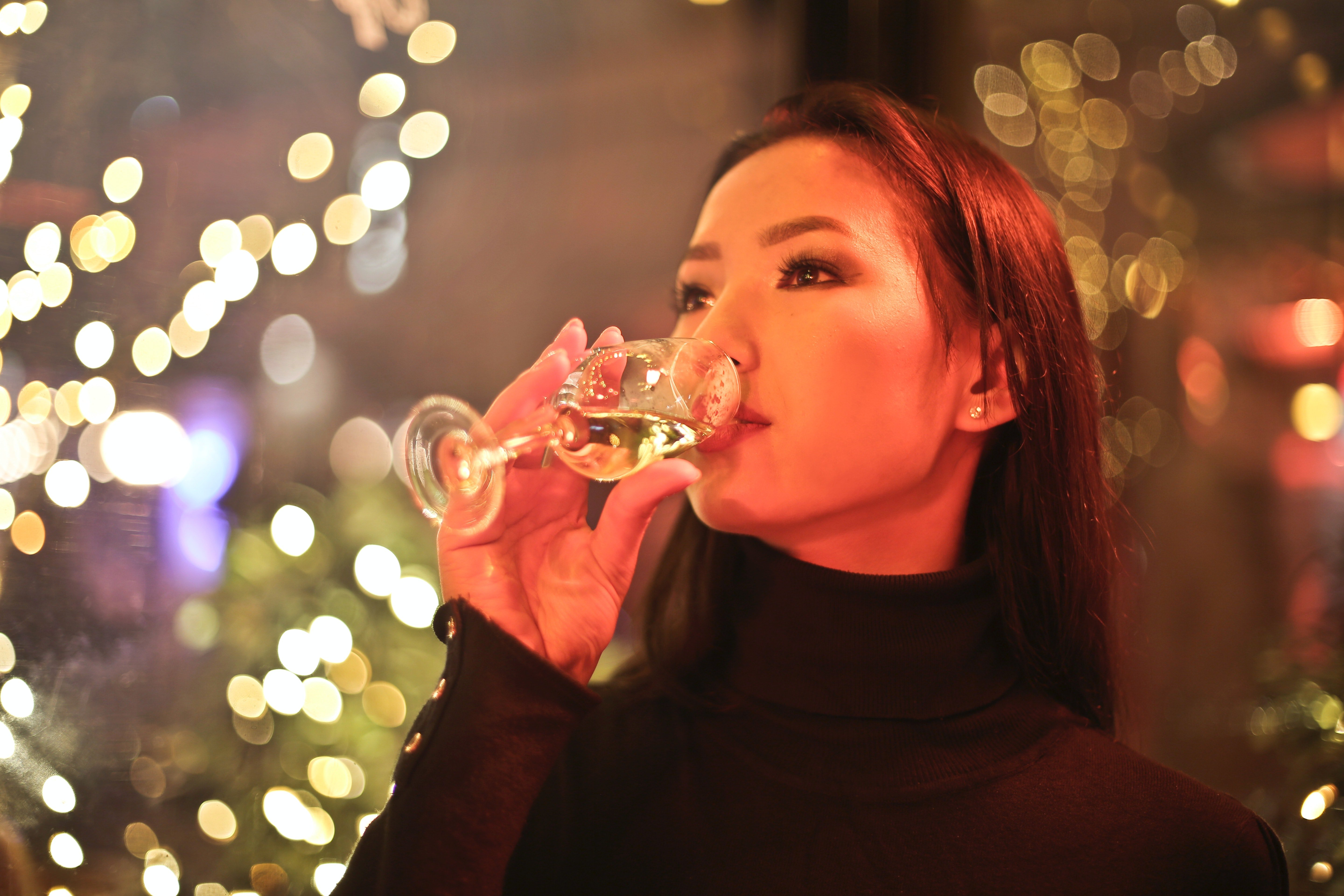 Woman drinking champagne | Photo: Pexels