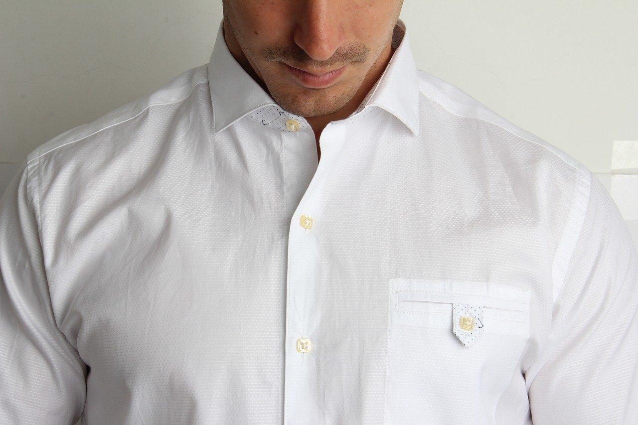 Un homme avec un chemise blanc. | Photo : Pixabay